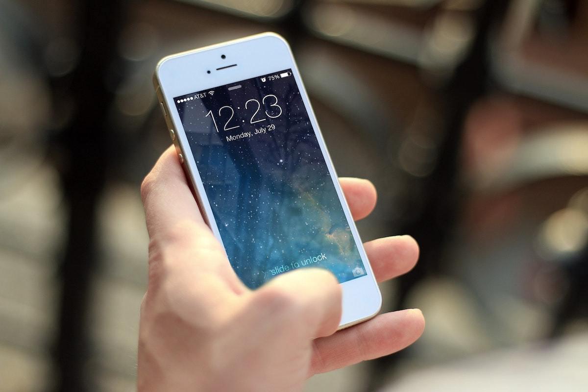 hand iphone pixabay