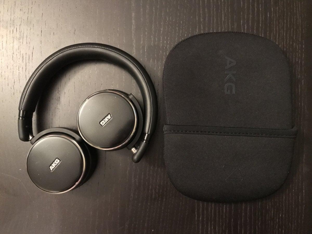 Muchos modelos en la oreja se pliegan hacia adentro, como estos AKG N60 NC, o se pliegan para mayor portabilidad.