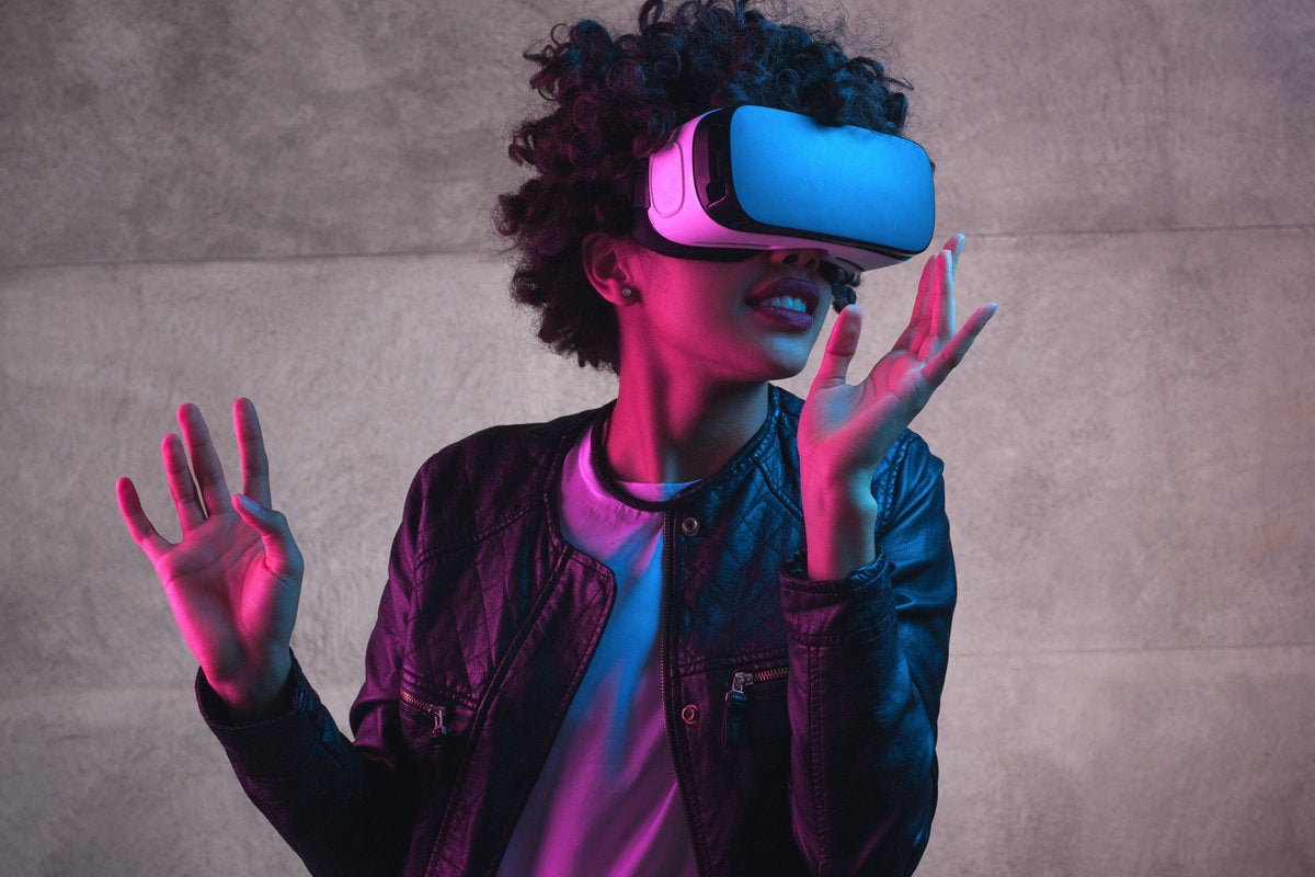1 intro woman with vr glasses ar in the workplace