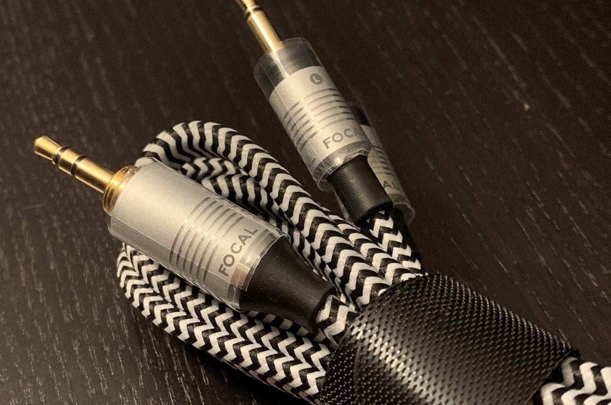 Detail of the high quality cable included.