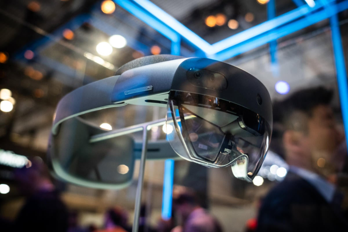 206d15a131d Touching holograms with HoloLens 2 is amazing
