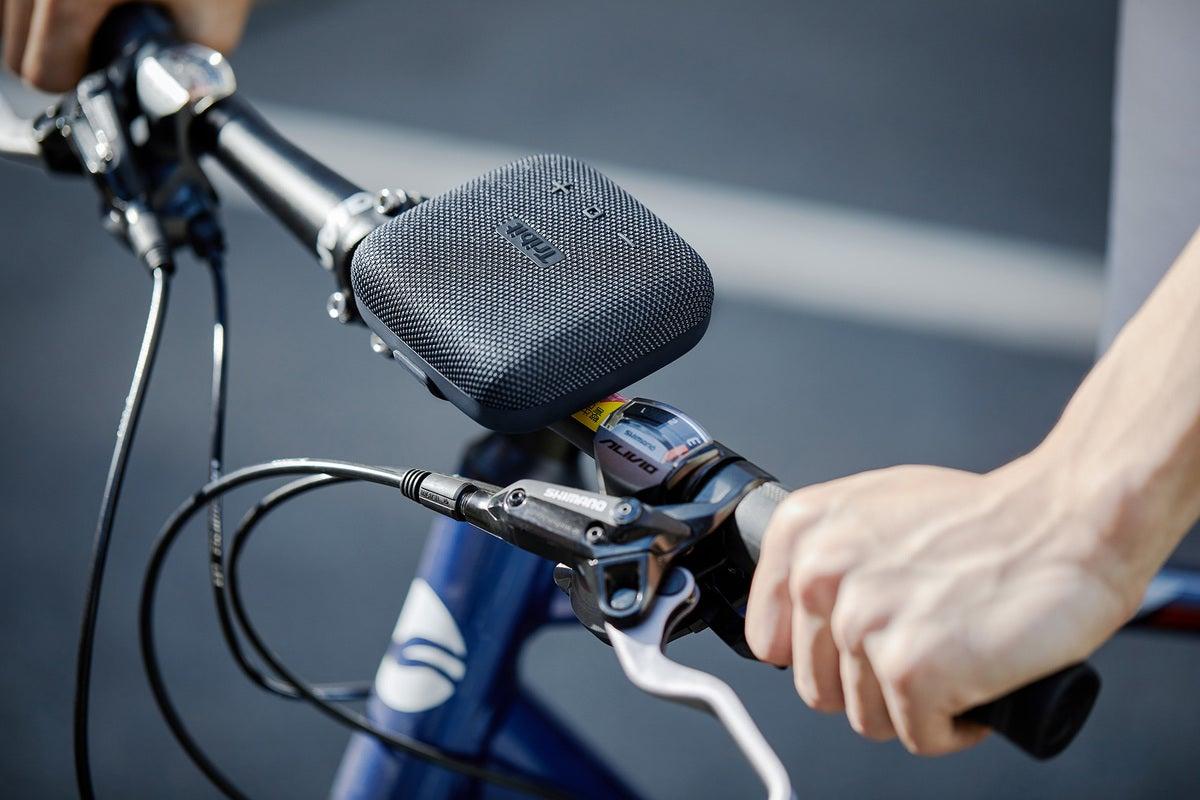 Tribit StormBox Micro مربوطة بمقبض bicyclel